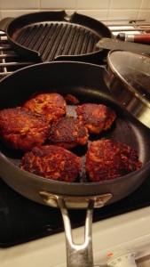 Pihvit kannattaa paistaa kannen alla tai grillissä kansi kiinni jotta kypsyminen tapahtuu myös lämpimän ilman kautta pihvin päältä