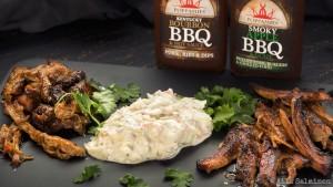 Pulled Pork, hyvä bbq-kastike ja korianteri ovat lyömätön yhdistelmä. Lisukkeena coleslaw. Oikeanpuoleinen on paahdettu ja vasen vain revitty ja maustettu bbq-kastikkeella