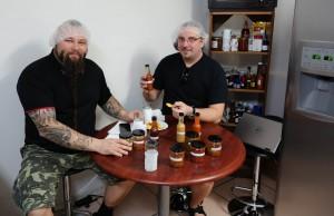 Poppamiehet Marko ja Jarkko tehtaalla testaamassa uusia reseptejä. Samalla tehdään myös evaluointia ja laaduntarkkailua.